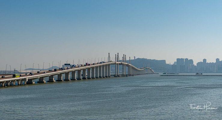 Die Hongkong-Zhuhai-Macau-Brücke ist seit ihrer Fertigstellung am 14. November 2017 bzw. der Eröffnung für den Verkehr am 24. Oktober 2018  die längste Überwasser-Brücke der Welt