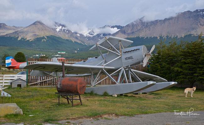 Flugunfähiges 1:1 Modell von Plüschows HD 24 W Flugzeug auf dem Gelände des lokalen Aero-Clubs in Ushuaia