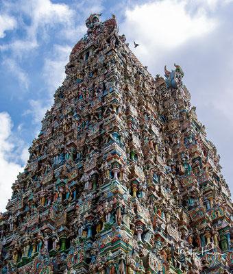 Er ist Minakshi, einer lokalen Erscheinungsform der Göttin Parvati, und ihrem Gatten Sundareshvara (Shiva) geweiht, die dem Mythos zufolge in Madurai geheiratet haben sollen.