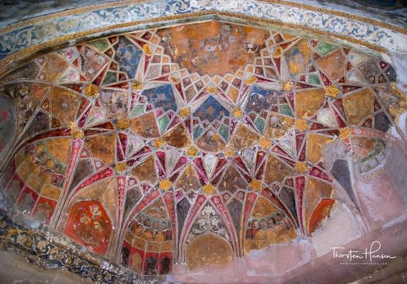 Der überreich mit Jali-Fenstern, Wandnischen, Steinintarsien, Stuckarbeiten und Malereien geschmückte Hauptraum beherbergt zwei gleich große Kenotaphe aus gelbem Marmor.