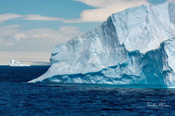 Die Eisberge im Nordatlantik stammen überwiegend aus Grönland, diejenigen in den südlichen Ozeanen dagegen meist aus der Antarktis.