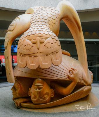 Es versinnbildlicht die Haida-Legende vom Raben, der die ersten Menschen in einer Muschel am Strand von Rose Spit auf Haida Gwaii entdeckt.