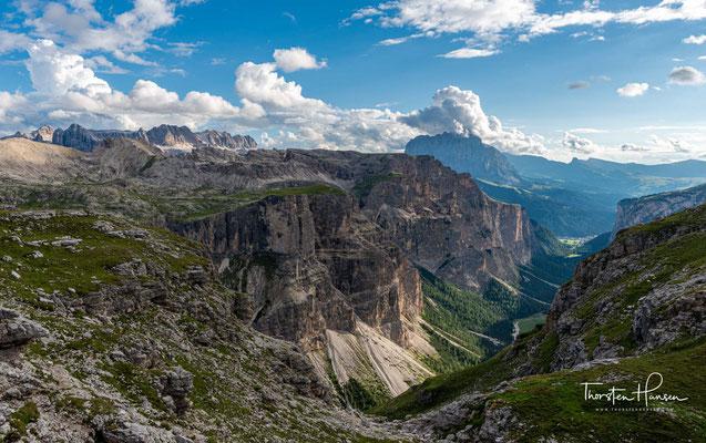 Das Tal wird im Nordwesten von der Stevia und vom Col dala Pieres, im Norden vom Piz Duleda, den Puezspitzen und dem Puezkofel begrenzt.