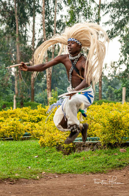 """""""Tanzen war die Ausstellung einer Vielzahl von wirtschaftlichen Aktivitäten von Gesellschaften und das Glück des guten Ertrags von ihnen"""", sagt er."""