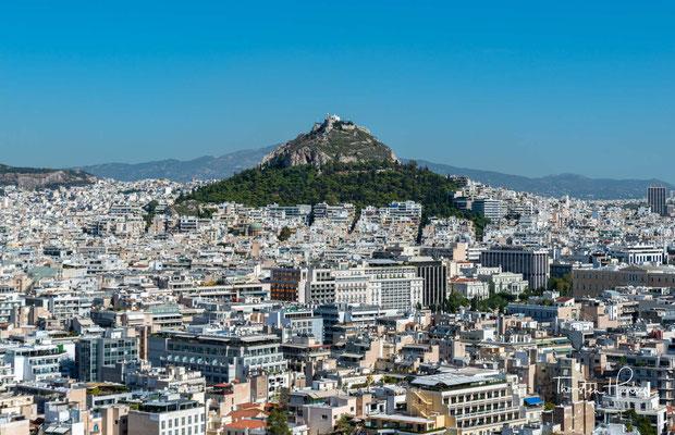 """Lykabettus Hügel. Dem Mythos nach hat Athene diesen Berg nach Athen gebracht, """"um einen Schutzwall vor der Akropolis zu errichten,"""" und dort fallen gelassen."""