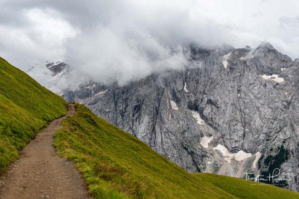 Die auf der Nordseite zum Passo Fedaia vergleichsweise sanft abfallende Flanke trägt den einzigen größeren Gletscher der Dolomiten (Ghiacciaio della Marmolada).