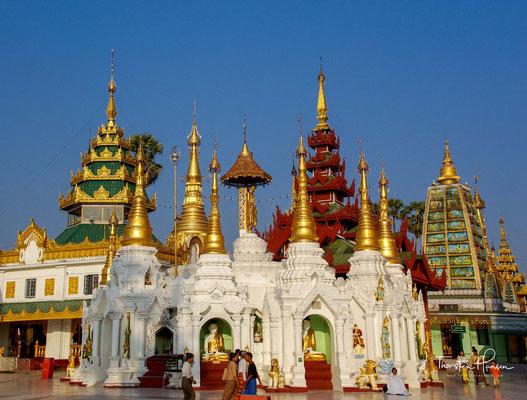 Die Legende der Shwedagon-Pagode beginnt mit den zwei Brüdern Taphussa and Bhallika, Händlern aus dem Staat Ramanya und die ersten beiden Schüler Buddha Gautamas, die von ihm acht seiner Kopfhaare erhielten.