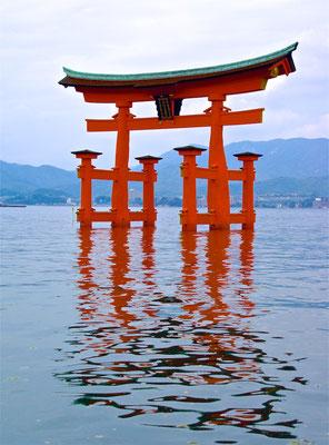 Torii vor dem Itsukushima-Schrein