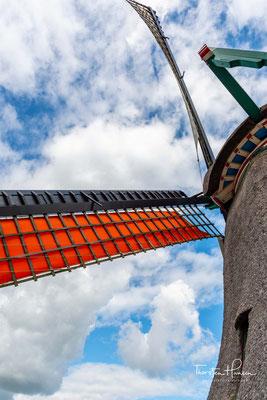 """...der achteckige Oberbau und das Innere der Farbmühle De Duinjager aufgesetzt, wodurch De Kat zur """"Farbmühle De Kat"""" wurde."""