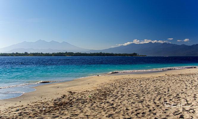 Die Gruppe besteht aus drei kleinen Sandinseln (Gili Air, Gili Meno und Gili Trawangan), die jeweils nur wenige Meter über dem Meeresspiegel liegen.