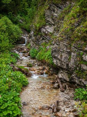 Der Karwendelbach entspringt im Grabenkar unterhalb der Grabenkarspitze und fließt zunächst in südlicher Richtung.