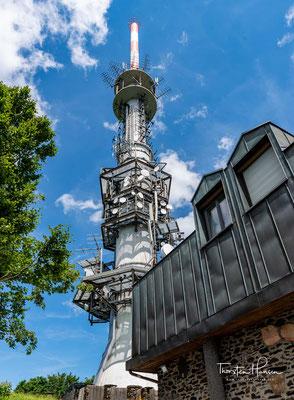 Die Sendeanlage Sender Hoher Bogen des Bayerischen Rundfunks auf dem 976 m hohen Burgstall bei Furth im Wald trägt den Namen des Höhenzuges.