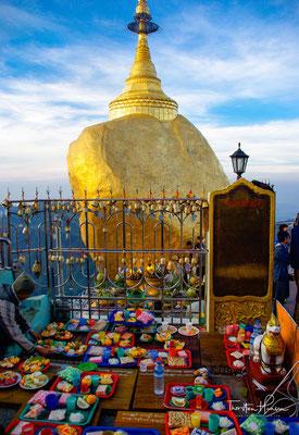 Der Goldene Fels liegt auf einem Berg bei dem Städtchen Kyaikto im Mon-Staat. Er gilt als Wallfahrtsort (Hauptzeit November bis März) für Buddhisten und auch als wichtiges Touristenziel.
