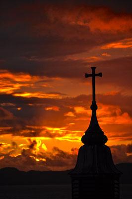 Glühendes Kirchenkreuz in Mallaig