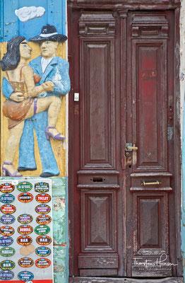 Viele Künstler preisen ihre Werke auf den Gehsteigen der Straße El Caminito (Der kleine Weg) an.
