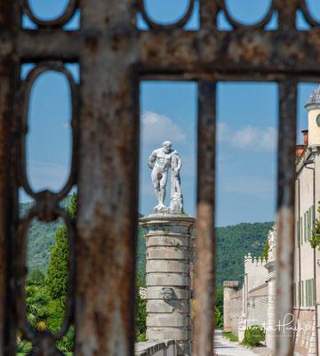 Die Anlage, die zunächst nur ein einfaches Landhaus war, wurde ab 1570 von Pio Enea I. Obizzi ausgebaut.