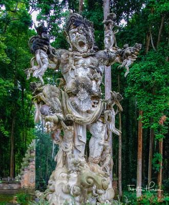 Den Affenwald  von Ubud besuchen ca. 10.000 Touristen im Monat und deswegen sind die Affen recht zahm, aber auch umso geübter, den Besuchern alles, was nicht niet-und-nagelfest ist, zu stehlen.