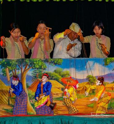 """Yoke thé, auch yokthe thay (birmanische Schrift ရုပ်သေး, joʊʔ θé, """"kleine Spielpuppe"""") ist der birmanische Name für das Marionettentheater in Myanmar"""