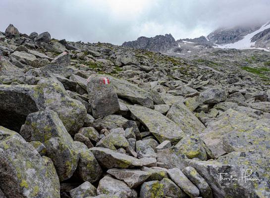 Weiter östlich liegt mit dem Haupental ein wildromantischer Seitengrund, das einem faszinierende Ausblicke auf die Gletschermassen des Hochferner (3.470 m) bietet und ein Geheimtipp unter Mineraliensammlern ist.