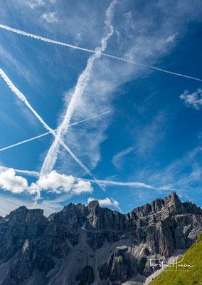 Flugverkehr über dem 2909m hohen Piz Duleda und der 2913m hohen Puezspitze
