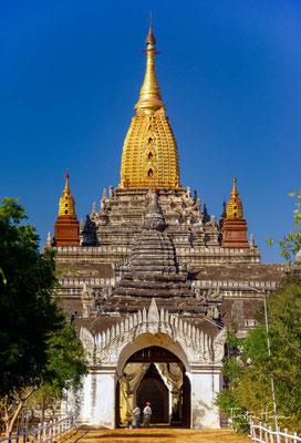 Während der Herrschaft dieser beiden Könige wurde der Theravada-Buddhismus in Konkurrenz zu alten lokalen Glaubensgruppen zur hegemonialen Religion und zum Instrument des Machterhalts.