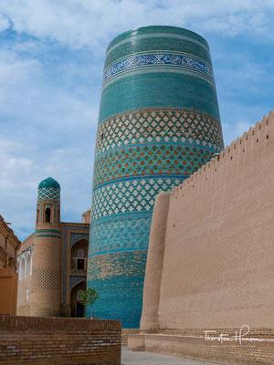 Er steht vor der Medrese Muhammad Amin Khan und ist Teil des UNESCO-Welterbes.