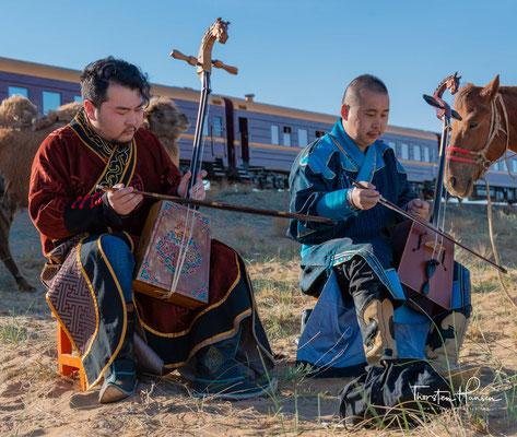 Ein mongolischer Musiker spielt auf der Pferdekopfgeige