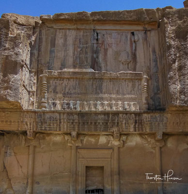 An einem Hang oberhalb der Palastanlage sind die Gräber von Artaxerxes II. und Artaxerxes III.  in das Felsmassiv des Kuh-e Ramat  hineingeschlagen.