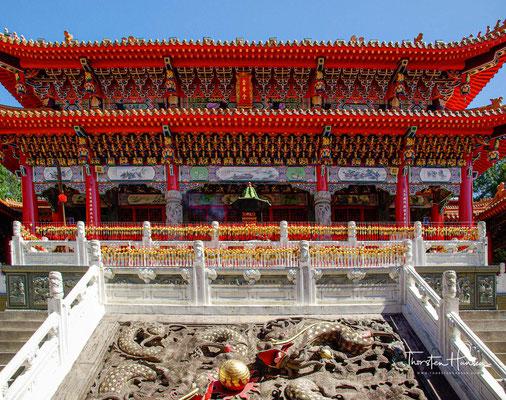 Die zentrale Halle ist Guan Gong, dem Kriegsgott, und dem Kriegergott Yue Fei gewidmet. Die hintere Halle ist Konfuzius gewidmet.