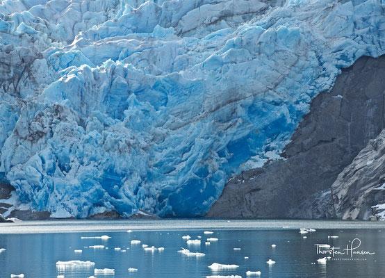 Der Gletscher umrundet teilweise den zuletzt 1908 ausgebrochenen Vulkan Reclus mit einem Kraterdurchmesser von einem Kilometer, von dessen Nordflanke er Material abträgt