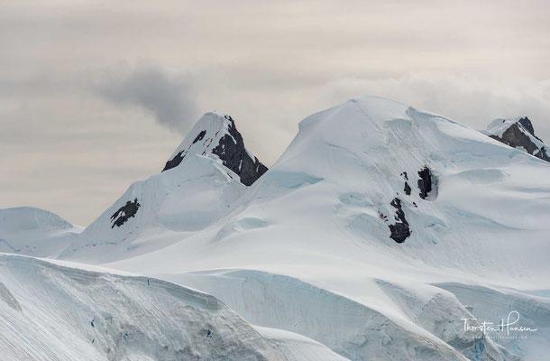 Für die durchschnittliche Eisdicke wird ein Wert von 2,16 km angenommen, die maximale bekannte Eisdicke wurde mit 4776 Metern in Adélieland gemessen.