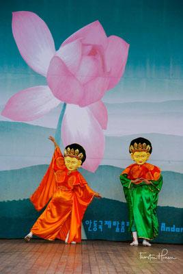 Der älteste bekannte Maskentanz, bei dem der Tänzer eine Maske trug, ist der Cheoyongmu oder der Tanz von Cheoyong.