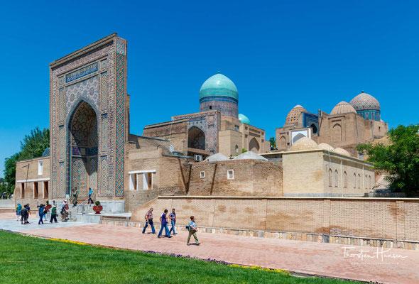 Shohizinda' der lebende Herrscher, ist eine der bekanntesten Nekropolen in Zentralasien, deren Mausoleen (Qubbas) zwischen dem 9. und 19. Jahrhundert errichtet wurden.