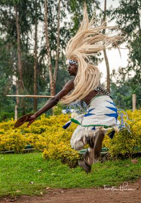 Aber was macht den Tanz so populär und identisch, als alle anderen Tanzstile in Ruanda? Die Antwort kann man nur kennen, wenn man die anderen Tanzstile in Ruanda kennt.