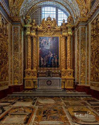 Das Hauptschiff ist 53 Meter lang und mit Seitenkapellen 15 Meter breit. Die meisten Wände sind mit Wandteppichen behangen.