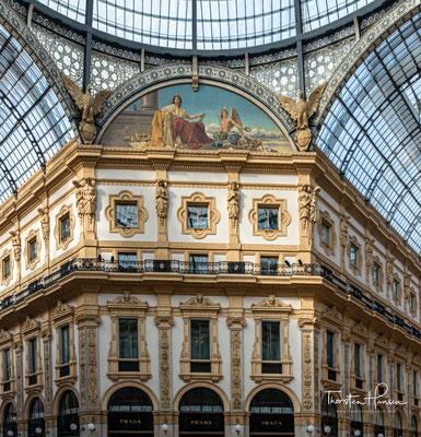 In vier großen Mosaiken im Fußboden sind die Wappen der vier italienischen Städte Rom, Florenz, Turin und Mailand nachgebildet.