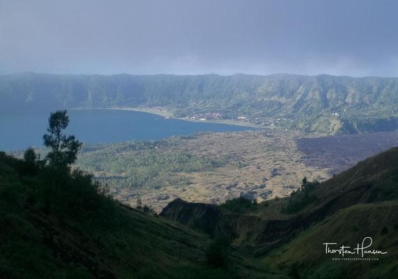 Während der Wanderung findet man die die Spuren der letzten Ausbrüche – Krater, Aschefelder und kilometerlange Lavaströme.