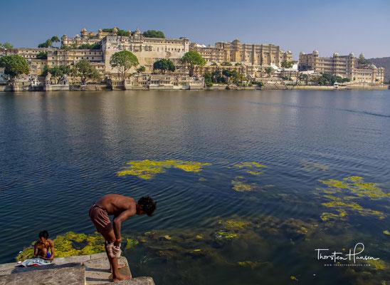 Er ist nach Osten ausgerichtet, damit in der Morgendämmerung der hinduistische Sonnengott Surya angebetet werden kann.
