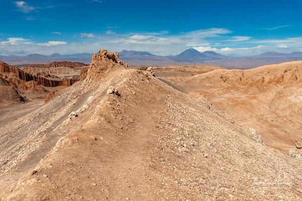 Gegen Abend suchen besonders viele Touristen eine Düne auf, um von dort aus die durch die untergehende Sonne rötlich schimmernden Felsklippen zu sehen