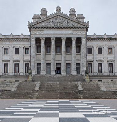 ...liegt am Ende der diagonal vom Plaza Entrevero zum Palacio Legislativo laufenden Avenida Libertador und ist der Sitz der Legislative von Uruguay.