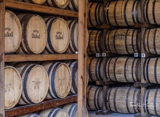 Stitzel-Weller aus Kentucky, die bereits vor der Prohibition Whiskey vor Dickel hergestellt hatten, warben nun mit ihrem eigenen Cascade Hollow Whiskey.