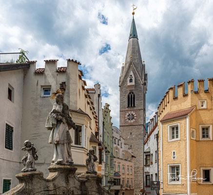 Der 72 m hohe gotische Turm der Pfarrkirche zum hl. Michael gehört neben den Doppeltürmen des Domes zu den Wahrzeichen der Stadt Brixen.