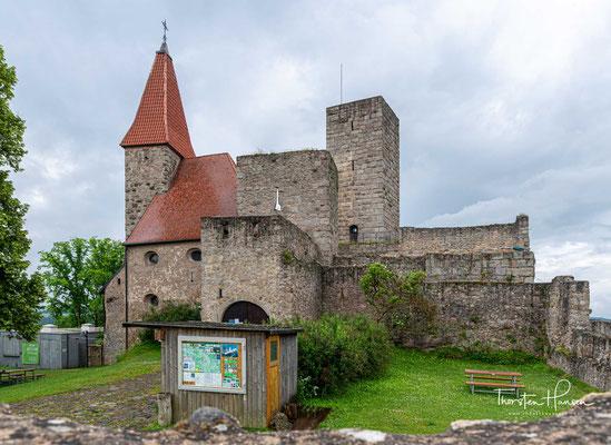 Der rechteckige aus Buckelquadern gemauerte Bergfried hat eine Höhe von 24 m und eine Wandstärke von 2,5 m. Er wird als Aussichtsturm genutzt.