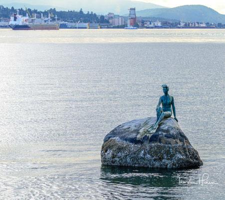 """Der Kopenhagener Meerjungfrau gleicht die auf einem Felsen platzierte Skulptur """"Girl in a Wetsuit"""". Ihr Schöpfer betont, er hätte die """"Kleine Meerjungfrau"""" nie zuvor gesehen."""