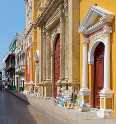 Das Labyrinth der farbenfrohen Straßen um das Gotteshaus herum wird durch eine 13 km lange Festungsmauer begrenzt.