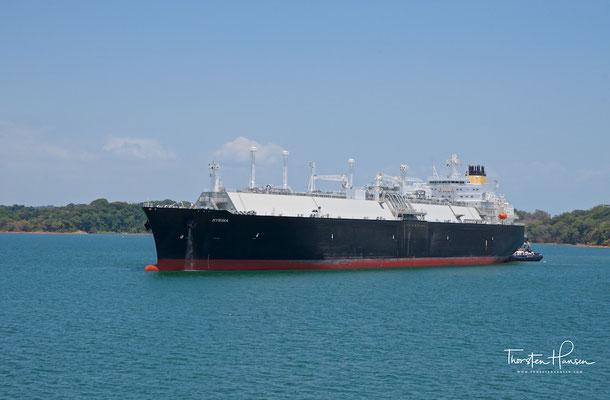 Der Panamakanal ist eine künstliche, 82 km lange Wasserstraße, die die Landenge von Panama durchschneidet, den Atlantik mit dem Pazifik für die Schifffahrt verbindet..