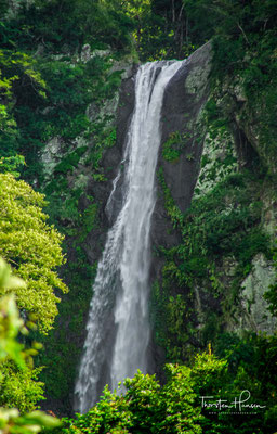 Der Caihong-Wasserfall ist einer der wenigen Wasserfälle mit Blick auf den Ozean an Taiwans Ostküste zwischen Hualien und Taitung.