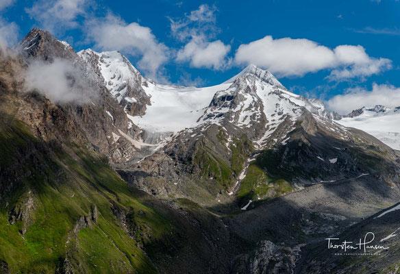 Der Berg ist im gesamten Bereich über 2500 Metern Höhe vergletschert und bildet markante bis zu 950 Meter hohe eisbedeckte Abstürze (Hängegletscher) nach Nordwesten, die zum Teil bis 70° geneigt sind.