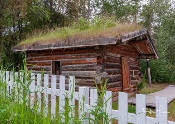 Nachbildung von Jack Londons Hütte bei Stewart Island (1898) in Dawson am Yukon River