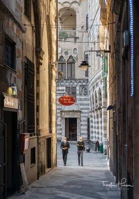 In die engen Gässchen der Altstadt dringt auch mittags nicht sehr viel Licht. Die Altstadt von Genua ist sehr ausgedehnt, aber viele Häuser sind in einem sehr schlechten Zustand.